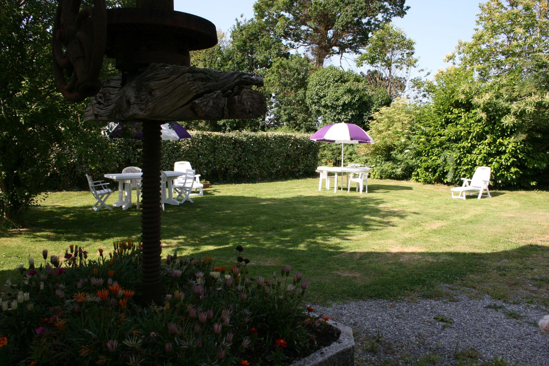 Autre vue du jardin avec ancien pressoir